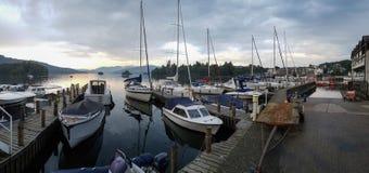 被停泊的游艇全景在湖温德米尔 免版税库存照片