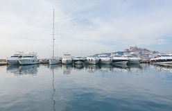 被停泊的游艇和老城市Dalt维拉 库存照片