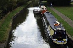 被停泊的运河狭窄的小船 免版税库存图片