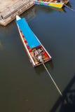 被停泊的长尾巴小船 免版税库存照片