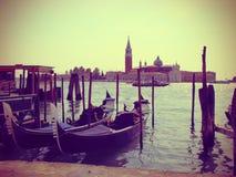 被停泊的长平底船在威尼斯,被定调子的葡萄酒 免版税库存图片