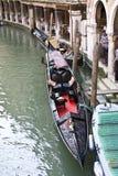 被停泊的长平底船 免版税库存图片