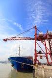 被停泊的集装箱船在港口 免版税库存图片