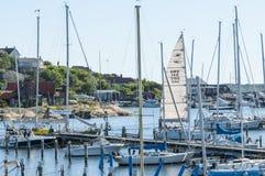 被停泊的leisureboats小游艇船坞Langedrag 库存图片