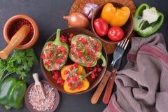 被充塞的五颜六色的甜椒用米和肉末 库存图片