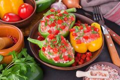 被充塞的五颜六色的甜椒用米和肉 免版税库存照片