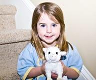 被充塞的动物逗人喜爱的女孩藏品 免版税库存照片