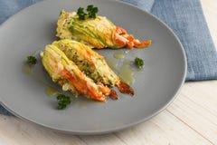 被充塞的夏南瓜或绿皮胡瓜开花烘烤了与巴马干酪chees 图库摄影