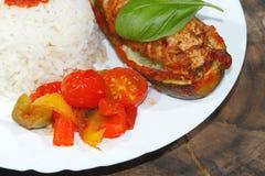 被充塞的夏南瓜,米,炖了胡椒和蕃茄,菜, 免版税图库摄影
