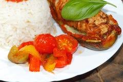 被充塞的夏南瓜,米,炖了胡椒和蕃茄,菜, 库存照片
