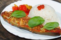 被充塞的夏南瓜,米,炖了胡椒和蕃茄,菜, 免版税库存图片