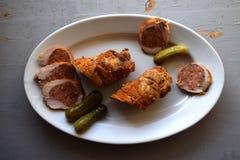 被充塞的烤猪肉卷 肉卷 白胡椒黑胡椒,在老木板的香料 免版税图库摄影