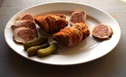 被充塞的烤猪肉卷 肉卷 白胡椒黑胡椒,在老木板的香料 图库摄影