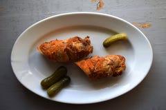 被充塞的烤猪肉卷 肉卷 白胡椒黑胡椒,在老木板的香料 免版税库存照片