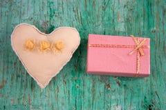 被充塞的玩具心脏和礼物盒 免版税库存图片