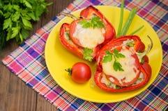 被充塞的甜椒用米和乳酪 木背景 特写镜头 免版税库存照片