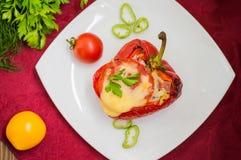 被充塞的甜椒用米和乳酪 木背景 顶视图 特写镜头 库存图片