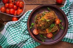 被充塞的皱叶甘蓝在西红柿酱滚动 库存照片