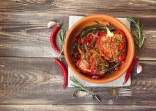 被充塞的红辣椒用辣西红柿酱和迷迭香 库存图片