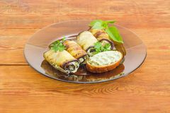 被充塞的茄子卷和三明治在玻璃盘 免版税库存图片