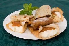 薄煎饼被充塞的凝乳和果酱 免版税库存图片