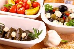 被充塞的藤叶子和地中海开胃小菜 免版税库存图片