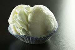 被充塞的蛋白甜饼 库存图片
