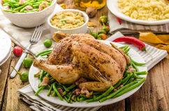 赴宴-被充塞的被烘烤的鸡 免版税图库摄影
