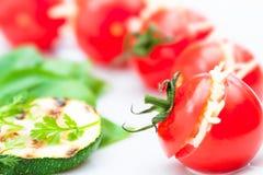 被充塞的西红柿用乳酪和烤夏南瓜 免版税库存照片