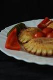 被充塞的饺子抽烟的肉和装饰垂直的看法 免版税库存照片