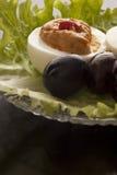 被充塞的鸡蛋和黑橄榄 免版税库存照片
