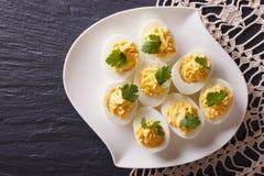 被充塞的鸡蛋用芥末和荷兰芹 水平的顶视图 图库摄影