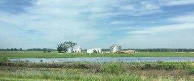 被充斥的农田和被毁坏的五谷容器在沿跨境29的衣阿华 免版税库存照片
