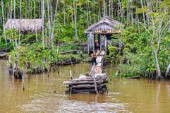 被充斥的房子和一个家庭在亚马孙河,巴西 免版税库存图片