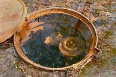 水被充斥的舱口盖 免版税库存照片