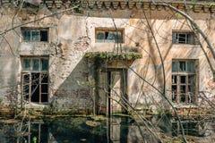 水被充斥的被放弃的房子 库存照片
