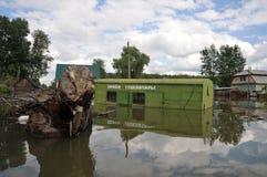 被充斥的问题的玻璃容器的收据 河Ob,从岸涌现,充斥了城市的郊外 免版税库存照片