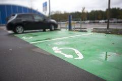 被充电的电车的停车处标志 库存图片