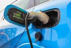 被充电的电车 充电电岗位的汽车 关闭电源被塞住入被充电的一辆电车 免版税库存照片
