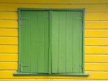 被关上的老绿色窗口 免版税图库摄影