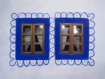 被关上的蓝色木窗口 库存照片