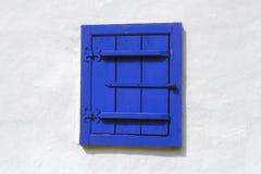 被关上的蓝色木窗口 免版税库存图片