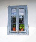被关上的蓝色木窗口 免版税图库摄影