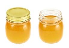 被关闭的和被打开的蜂蜜瓶子 免版税库存图片