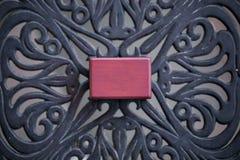 被关闭的老木胸口首饰盒 保留的首饰小微型葡萄酒例如项链、圆环或者耳环 库存图片