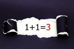 1+1=3被写在被撕毁的包装纸下 事务,技术,互联网概念 免版税库存照片