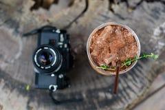 被冰的可可粉有胶卷相机顶视图 免版税库存照片