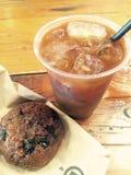 被冰的咖啡和曲奇饼在咖啡馆水彩例证 库存照片
