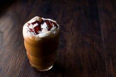 被冰的咖啡焦糖Frappe/Frappuccino用被鞭打的奶油和焦糖糖浆 免版税库存照片