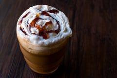 被冰的咖啡焦糖Frappe/Frappuccino用被鞭打的奶油和焦糖糖浆 库存图片